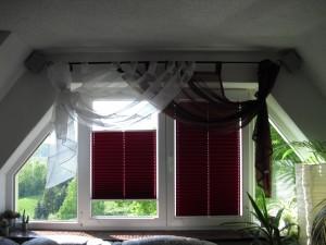 die roten Plissees in unserem Wohnzimmer